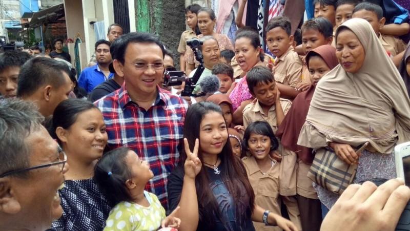 Ahok berfoto dengan warga Marunda, Jakut