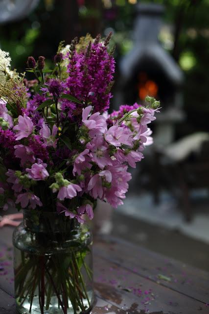 kesäkukkia, kukkakimppu, malva, rantakukka