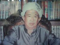 Kisah Kiai Syafi'i Ahzami dan Tumpukan Amplop di Saku Bajunya