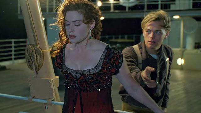 Photo extraite de Titanic, film réalisé par James Cameron : Jack et Rose se tiennent à la proue du navire.