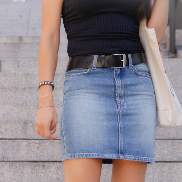 Outfit verano con Body canalé con escote en la espalda, falda vaquera y cuñas de esparto