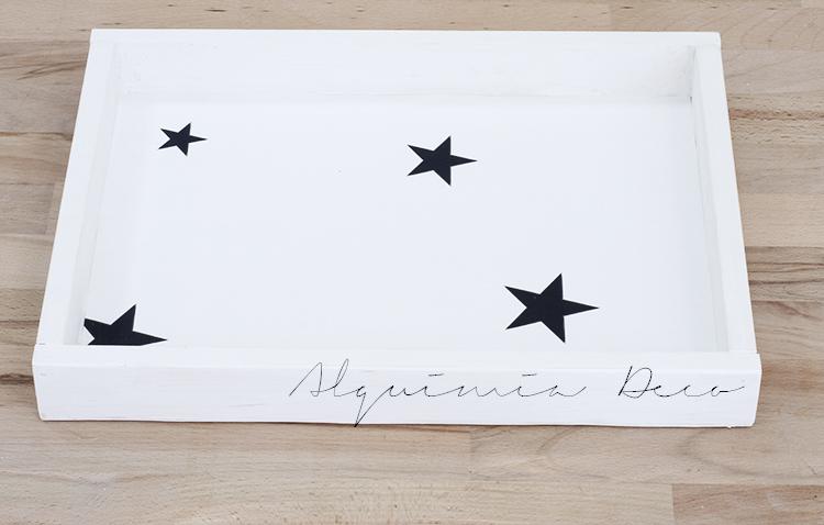 armario-pequeño-espejo-blanco-cosmeticos-conchas-maquillaje-perfume-nordico-estilo-escandinavo-papel-decorativo-pintado-estrellas-negro-