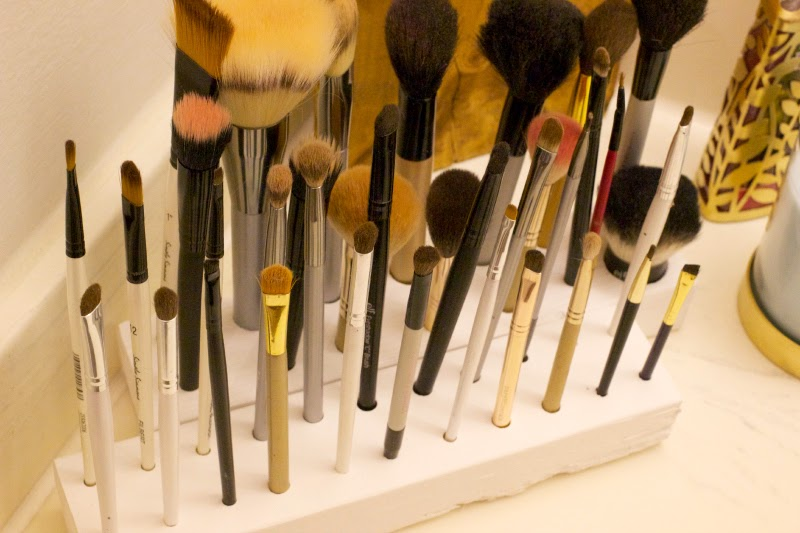 MAKEUP BRUSH STAND