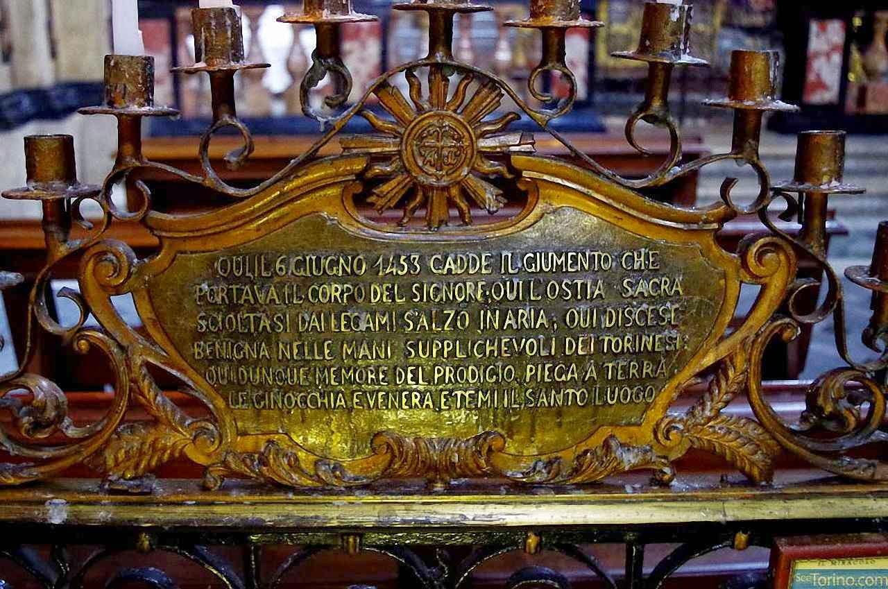 Placa com a narração do milagre onde esse aconteceu, basílica do Corpus Domini, Turim