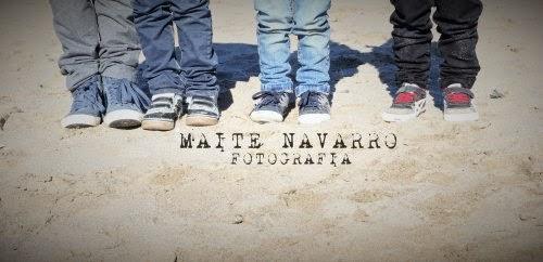 Los pies de los niños con su calzado en la arena