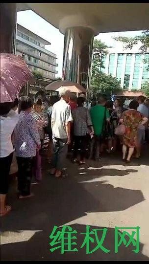 四川泸州市民代幼教师70多人集体到市政府上访维权(图)