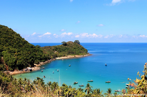 Từ TP.HCM, bạn đi xe khách đến Kiên Giang, giá vé khoảng 150.000 - 170.000 đồng rồi đón tàu cao tốc đi Nam Du. Giá vé tàu khứ hồi là 440.000 đồng.