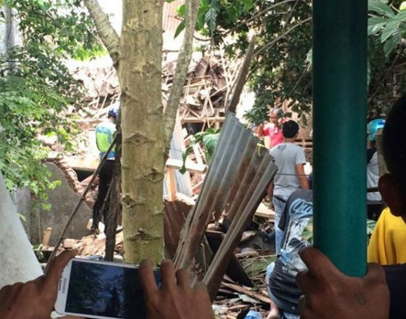 Pesawat latih TNI AU jatuh menimpa tempat tinggal masyarakat di Malang jawa timur