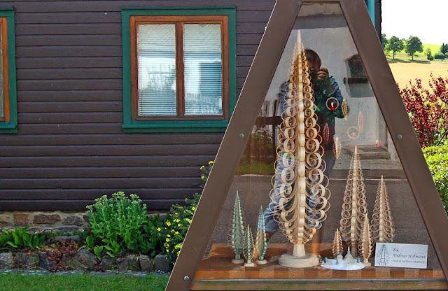 Витрина с деревянными игрушками возле маленькой мастерской в Зайфене.