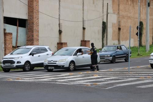 Agentes de trânsito realizam campanha de conscientização em Olímpia
