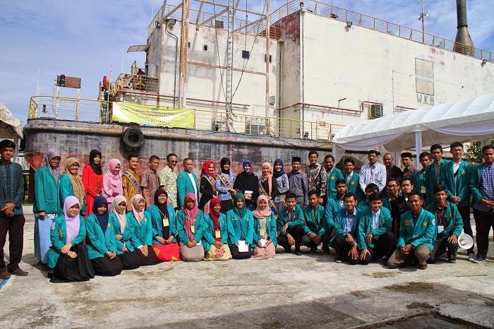 Mahasiswa Kedokteran Bersihkan Situs Tsunami PLTD Apung