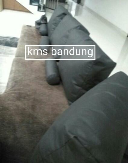 Penataan bantalan sofa