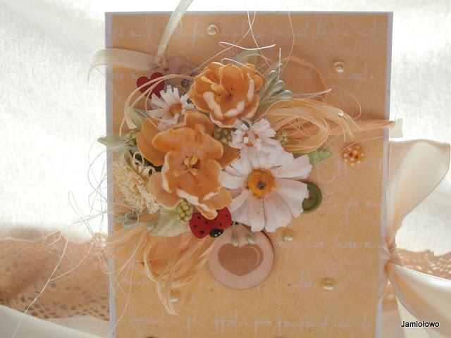 piękna kompozycja pełna wiosennych kwiatów na czekoladowniku