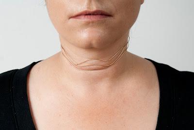 Esta extraña linea de joyería exalta y celebra las arrugas femeninas.