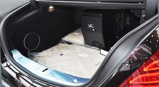 Cốp sau Mercedes Maybach S560 4MATIC 2018 được thiết kế rộng rãi và thoải mái