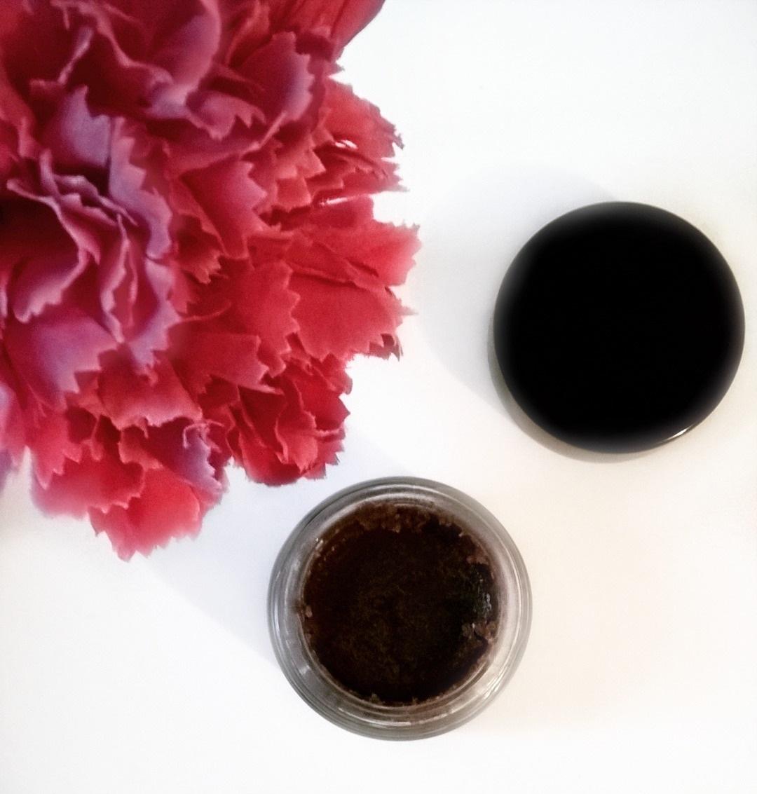 Domowy cukrowy peeling do ust DIY bez miodu przepis - jak zrobić