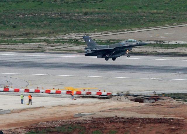 Στη βάση της Σούδας F-16 των ΗΑΕ – Νέο ηχηρό μήνυμα στην Άγκυρα