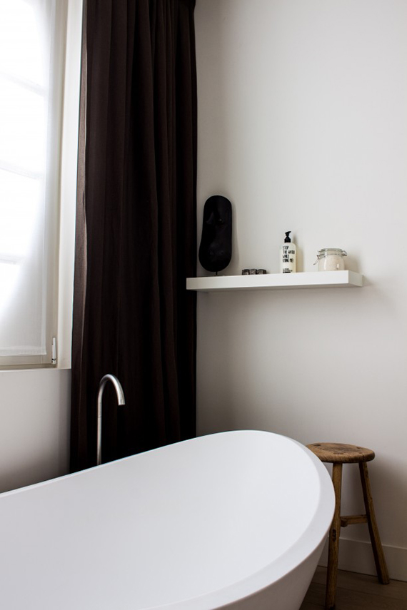 Free standing bathtub in a contemporary minimalistic bathroom via Roomin