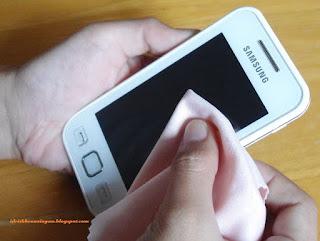 Cara Ampuh Bersihkan Layar Smartphone