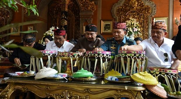 Kasum TNI Hadiri Upacara Karya Pelebon di Bali