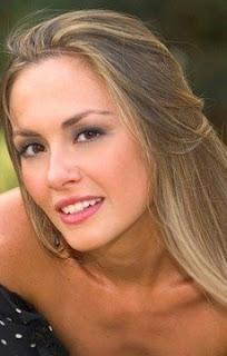 Attrice bionda con maglia blu: Eleonora Di Miele spot tre 3 2016