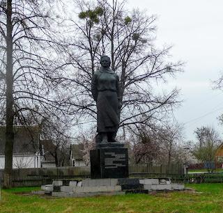 Великие Сорочинцы. Памятник партизанской связной Ольге Бондаренко