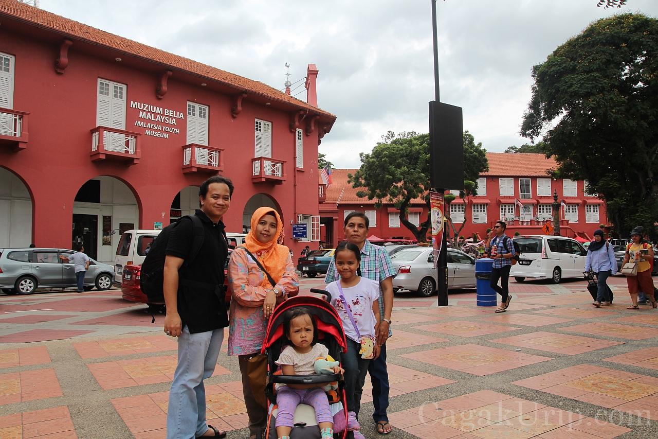 Eksis di depan Museum Belia (Youth Museum), Red Square, Melaka