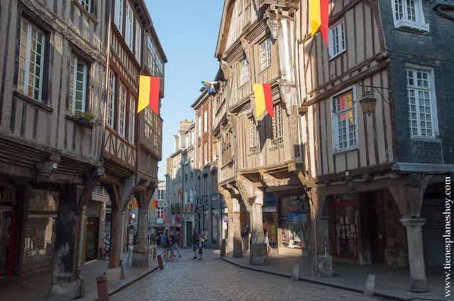 Dinan plaza Merciers turismo imprescindibles Bretaña viaje