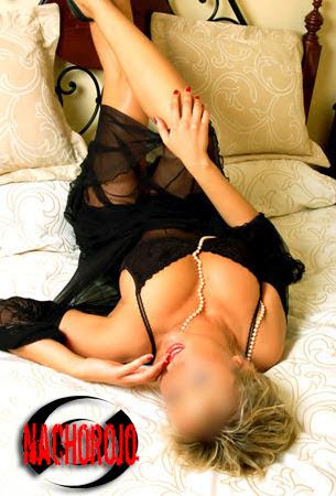 escort rusa sobre cama en chalet de lujo
