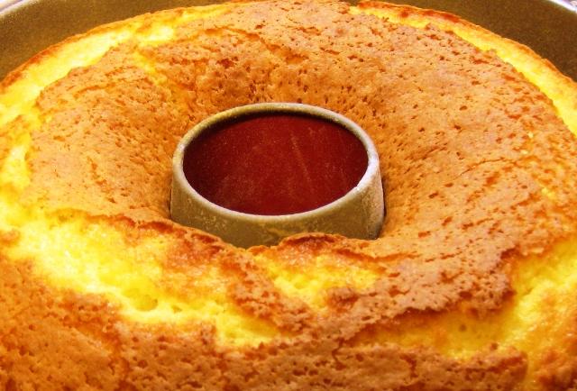 Imagem de bolo de laranja simples muito fácil e gostoso. Esta e outras receitas de bolos você encontra aqui no Blog Receitas da Bebel
