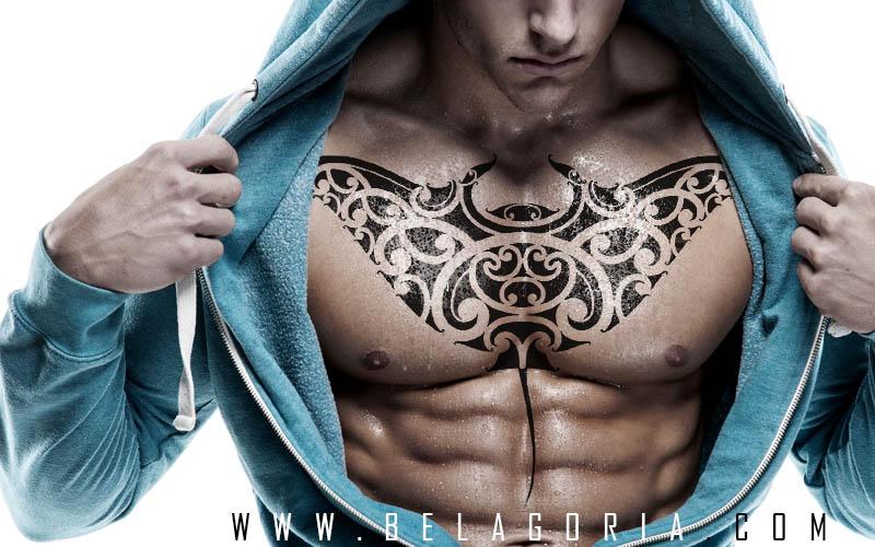 Imagen de chico con tatuaje de mantarraya en el pecho