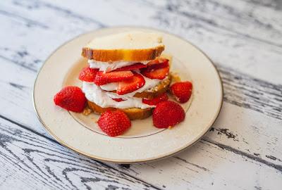 Απολαυστικό επιδόρπιο με κέικ και φράουλες