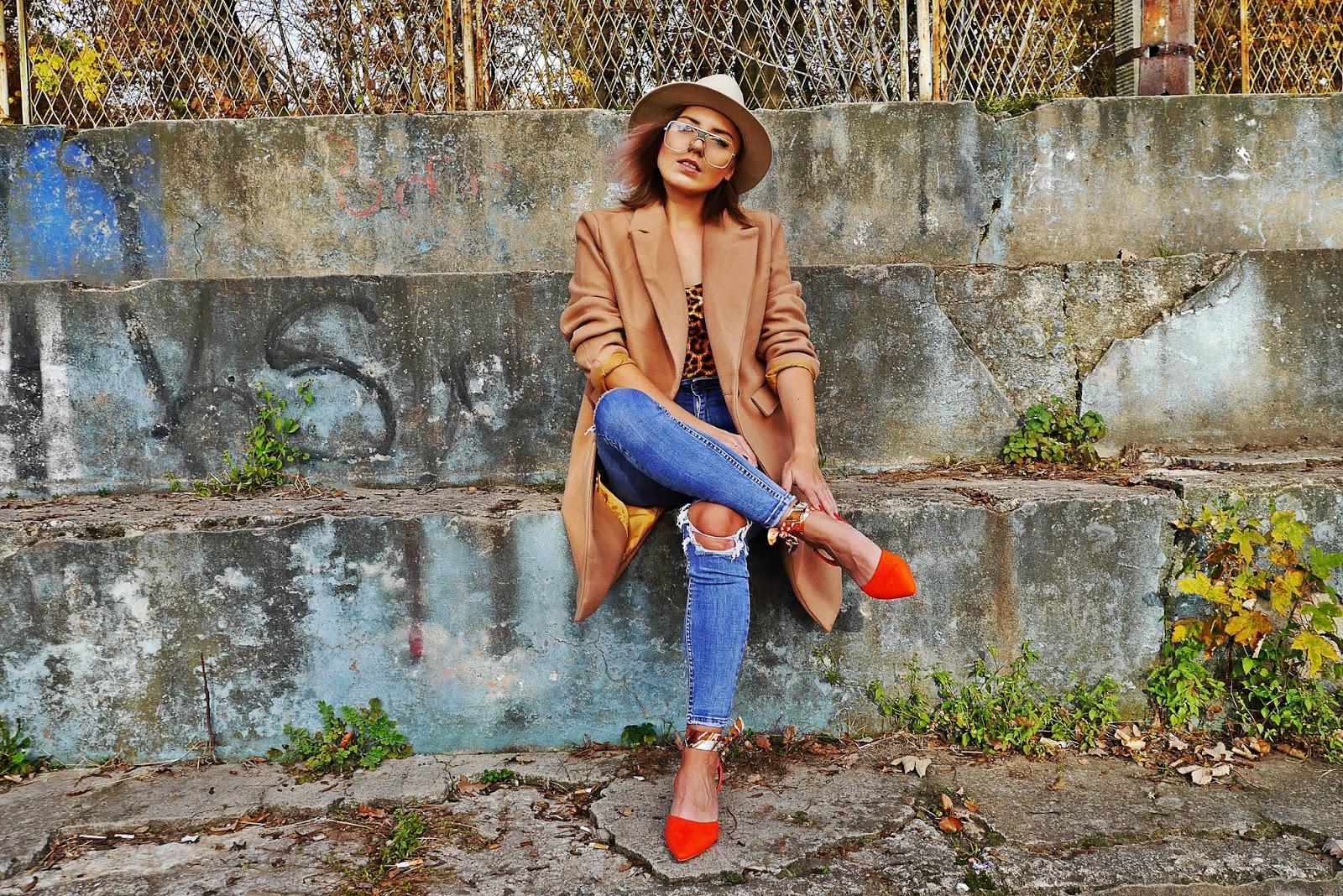 Beżowy płaszcz jeansowe spodnie pomarańczowe sandałki laza panterkowy top karyn blog modowy