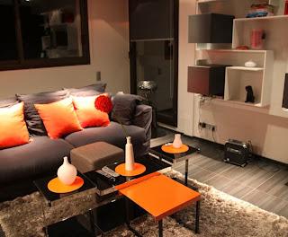 sala decorada con marrón y naranja