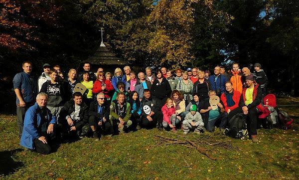 Grupa na polanie z kapliczką św. Huberta.