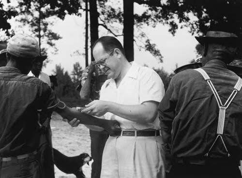 Enfermeiro aplicando vacinas nos homens