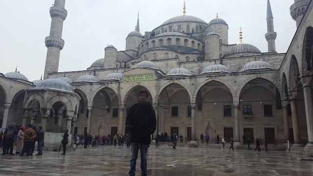 Harun İstenci İstanbul'da Sultanahmet Camisinin avlusunda.