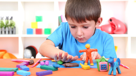 دراسة علمية تحذر من اللعب بـالصلصال رغم فوائده العديدة للطفل