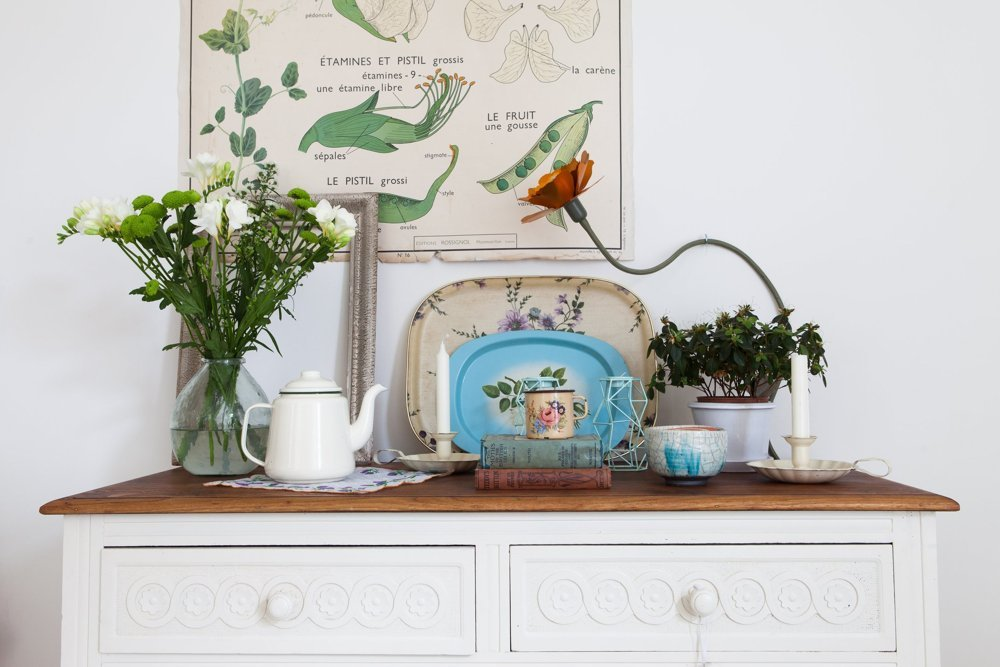 casa familiar con aires vintage y escandinavos. Cuadros motivos botánicos, muebles reciclados.