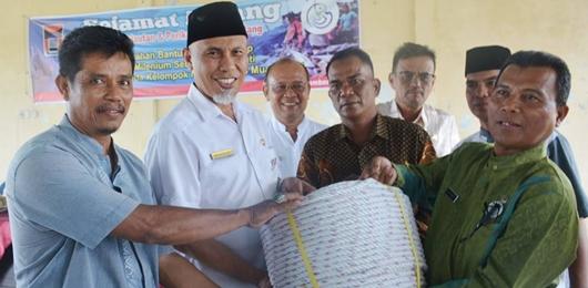 Walikota Padang Serahkan 'Gillnet Millenium' Bagi Nelayan