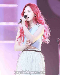 Foto Cantik Wendy Red Velvet saat Bernyanyi