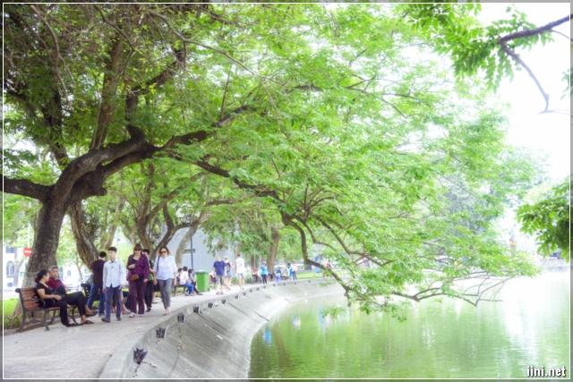 Bên bờ hồ Hoàn Kiếm