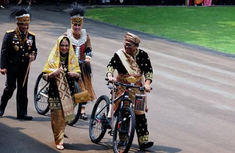 Pakai Baju Adat Minangkabau, Ketua DPD RI Dapat Hadiah Sepeda dari Presiden Jokowi