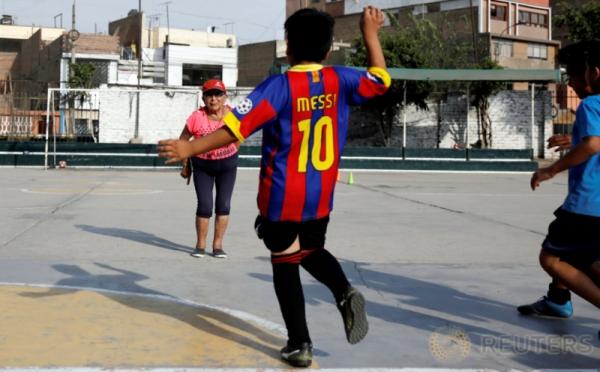 """Ketika """"Messi"""" Belajar Tendang Bola dari Perempuan Berusia 92 Tahun"""