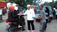 Anggota DPR RI, Rudi Mbojo Bersama Ketua DPD PAN Kobi Bagi-Bagi Takjil