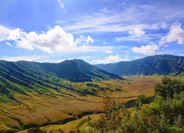 Simpang Jemplang dengan view arah Bukit Teletubies.