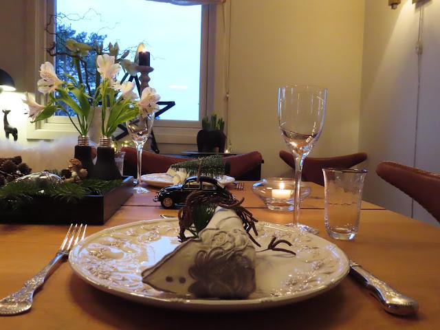 Borddekking til julehøytiden - sort, grønt og hvitt. Nærbilde av tallerken m.m. IMG_0078