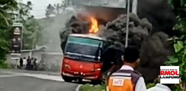 LAMPUNG : Bus Damri Terbakar