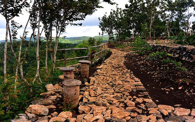 Jalan setapak di Bukit Mojo Gumelem, Mangunan