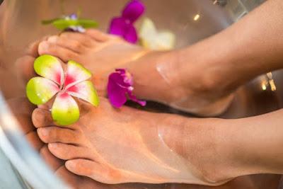 كيفية التخلص من الرائحة الكريهة للأقدام بعلاجات منزلية .